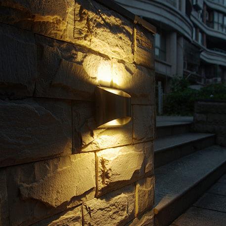 Findes der også udendørs væglamper, der både lyser opad og nedad?