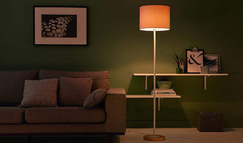 Tekstilgulvlampe Limba med træfod