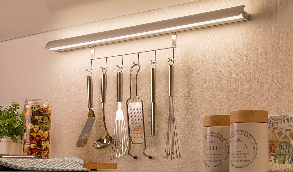 LED lysliste Swing Kitchen med praktiske kroge