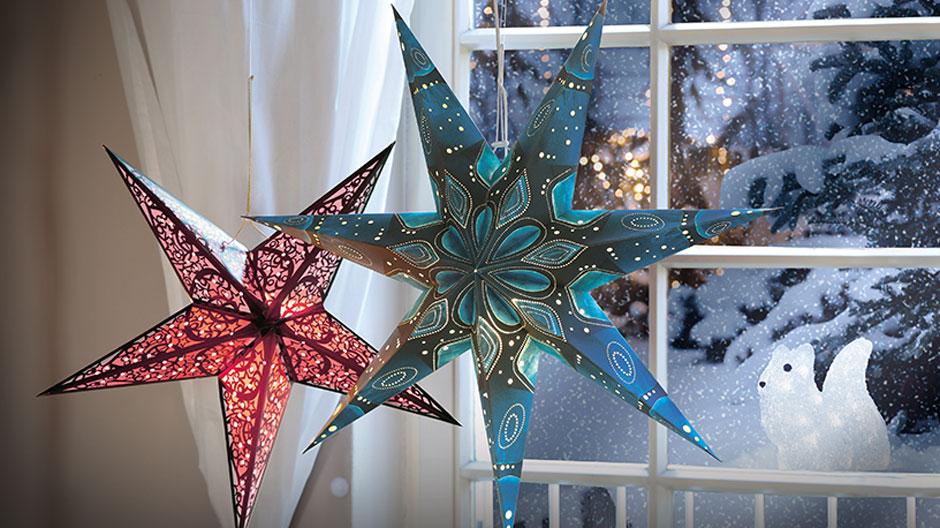 Stjerner i vinduet giver den perfekte julestemning